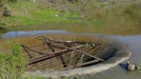 Alte Ableitung in einem See am Sommer stock footage