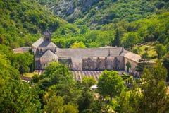 Alte Abtei Kloster Notre-Dames de Senanque in Vaucluse, Frankreich Stockbilder