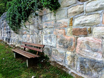 Alte Abteiwand mit Bank Lizenzfreie Stockfotos