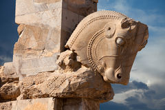 Alte Achaemenid-Stier-Statue als Spalten-Kapital in Persepolis von Shiraz Stockbilder