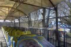 Alte Achterbahn an einem Vergnügungspark Stockbilder
