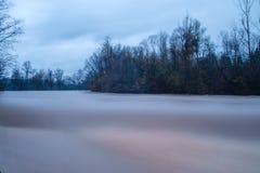 Alte acque di fiume Fotografie Stock Libere da Diritti