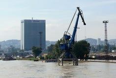 Alte acque di inondazione in porto - inondazione straordinaria, su Danubio a Bratislava Fotografia Stock Libera da Diritti