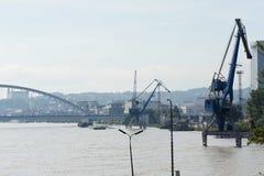 Alte acque di inondazione in porto - inondazione straordinaria, su Danubio a Bratislava Fotografie Stock