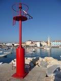 Alte adriatische Stadt von Fazana, hinter rotem Leuchtfeuer Stockfoto