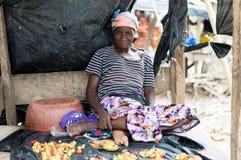 Alte Afrikanerin, die Gemüse und Bananen verkauft Lizenzfreies Stockfoto