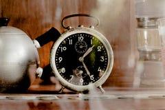Alte Alarmuhr der Weinlese im Glaswandschrank Lizenzfreie Stockfotos