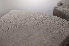Alte Alphabete schnitzten auf einer Steinplatte, Hintergrund Lizenzfreie Stockfotografie