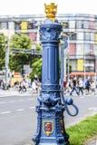 Alte alte blaue Pumpe des Wassers mit Skulpturen auf ihr in Szczecin Stockfotografie