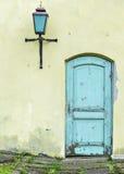 Alte alte blaue Tür und und Lampe Stockbilder