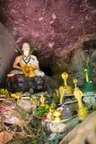 Alte alte Buddha-Statue auf Hintergrund Lizenzfreie Stockfotos