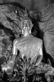 Alte alte Buddha-Statue auf Hintergrund Lizenzfreie Stockfotografie