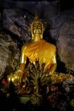 Alte alte Buddha-Statue auf Hintergrund Stockfotografie