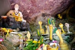 Alte alte Buddha-Statue auf Hintergrund Stockbilder