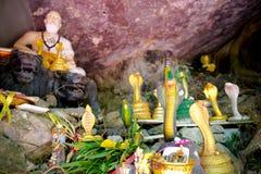 Alte alte Buddha-Statue auf Hintergrund Stockbild