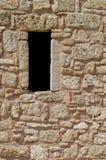 Alte alte ruinierte Steinwand und offenes Fenster Lizenzfreie Stockfotos