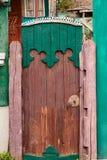 Alte alte Türöffnung mit einem alten Zaun, rustikales Haus Lizenzfreie Stockfotografie