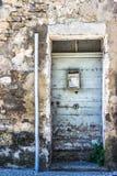 Alte alte Tür mit altem Schmutzbacksteinmauerhintergrund Lizenzfreies Stockfoto
