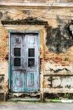 Alte alte Tür mit alter Schmutzbacksteinmauer Lizenzfreies Stockbild