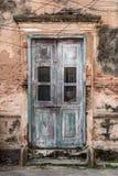 Alte alte Tür mit alter Schmutzbacksteinmauer Stockbild