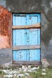 Alte alte Tür mit alter Schmutzwand Stockbild