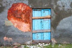 Alte alte Tür mit alter Schmutzwand Lizenzfreie Stockfotografie