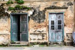 Alte alte Tür und Fenster mit alter Schmutzbacksteinmauer Lizenzfreies Stockfoto