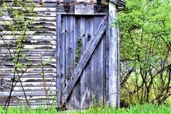 Alte altersschwache Scheune auf dem Gebiet in Ayer, Massachusetts, Vereinigte Staaten Stockbild