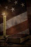 Alte amerikanische Flagge und Buch Stockbild