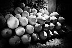 Alte Amphoras im Stapel. Stockbild