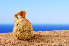 Alte Amphore fanden im Sand auf dem Strand in Griechenland stockbilder
