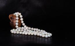 Alte Amphore und Perlen über Schwarzem Stockbilder