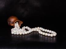 Alte Amphore und Perlen über Schwarzem Stockbild