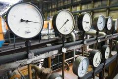 Alte analoge Manometer in einem Kraftwerk Lizenzfreie Stockbilder