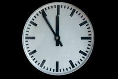 Alte analoge Uhr, die fünf bis zwölf lokalisiert auf Schwarzem zeigt Lizenzfreie Stockbilder