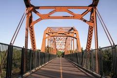 Alte angemessene Eichen-Brücke vorbei Stockfoto