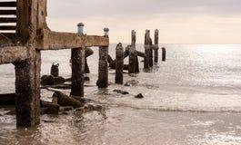 Alte Anlegestelle im Meer am bewölkten Himmeltag Lizenzfreie Stockfotografie