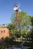 Alte antike Aermotor-Windmühle benutzt, um Wasser zu pumpen Lizenzfreies Stockbild