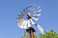 Alte antike Aermotor-Windmühle benutzt, um Wasser zu pumpen Stockfotos