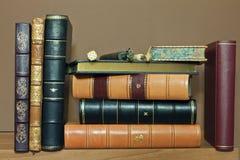 Alte antike Bücher traditionsgemäß gesprungen Stockbild