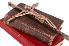 Alte antike Bibel und Kreuz auf einem weißen Hintergrund Lizenzfreie Stockbilder