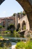 Alte antike Brücke über Fluvia-Fluss Stockfotos