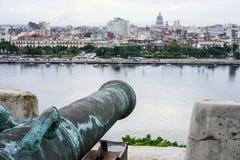 Alte antike Kanone, welche die verwischende Stadt übersieht Lizenzfreies Stockbild