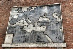 Alte antike Karte auf einer Backsteinmauer des Vatikan-Museums stockfoto