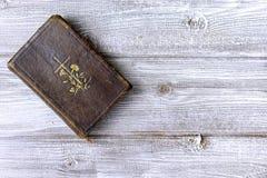 Alte alte antike katholische Bibel auf hölzernem Hintergrund mit Kopienraum lizenzfreies stockfoto