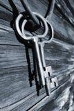 Alte antike Schlüssel und Ring gegen alte Bardenwand Stockfoto