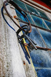 Alte antike Schlüssel und Ring gegen verbleites Fenster Lizenzfreie Stockfotografie