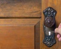 Alte antike Tür mit der Person, die das skelet ausprobiert Stockfotografie