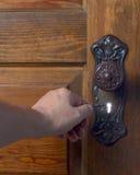 Alte antike Tür mit der Person, die das skelet ausprobiert Lizenzfreie Stockbilder