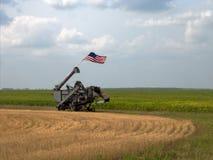 Alte antike Weinleselandwirtschaftliche Maschine mit Flagge in Nord-Minnesota-Wiesen lizenzfreie stockfotografie